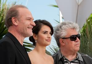 "(L-R) Actor Lluis Homar, actress Penelope Cruz and director Pedro Almodovar at the photo call of ""Broken Embraces"" at the 62nd Cannes Film Festival in Cannes"